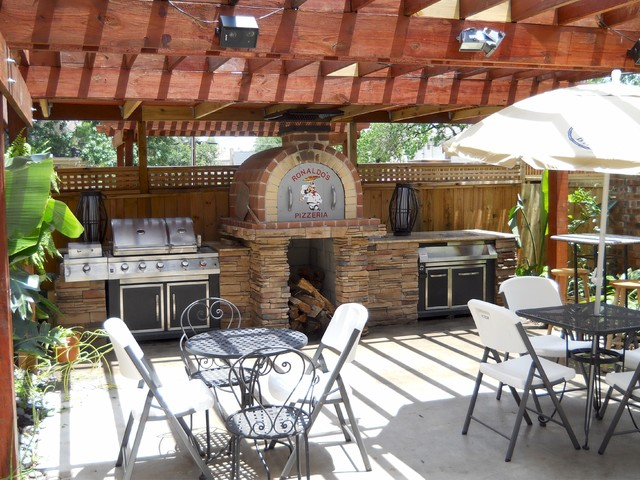 The Jordan Family Wood Fired Pizza Oven & Patio Pizzeria in Texas traditional-patio