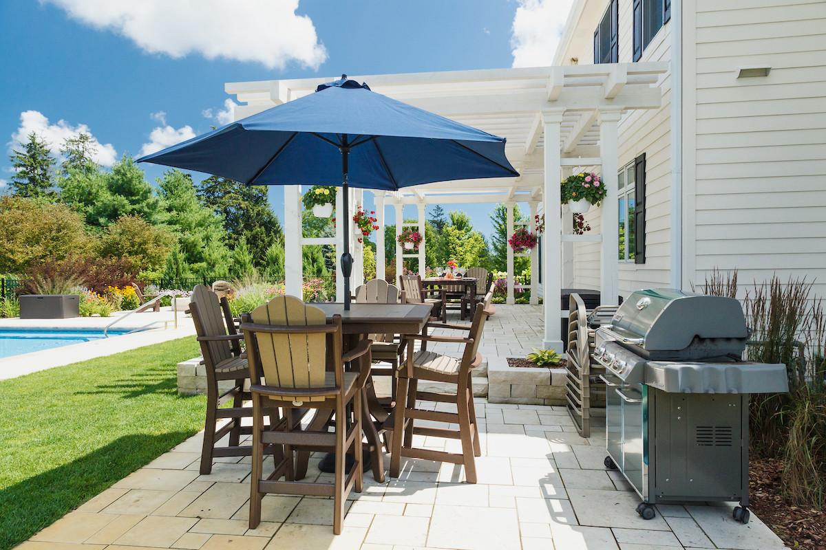 Traditional Dining & Umbrella - Cedarburg