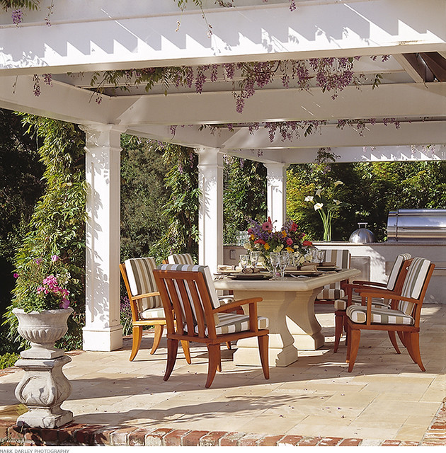 Outdoor Dining Room: Traditional Patio