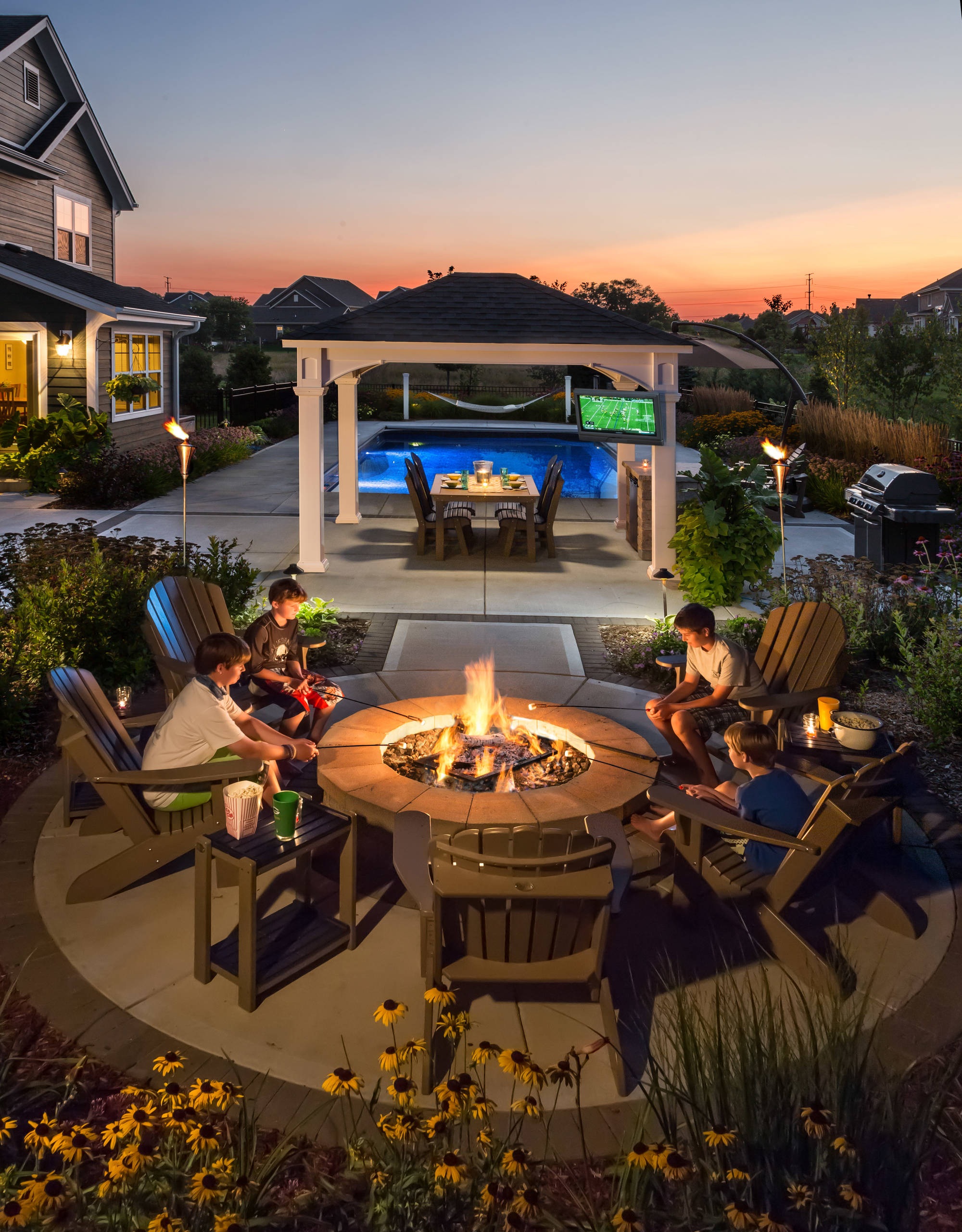 Traditional Pool and Fire Pit - Cedarburg