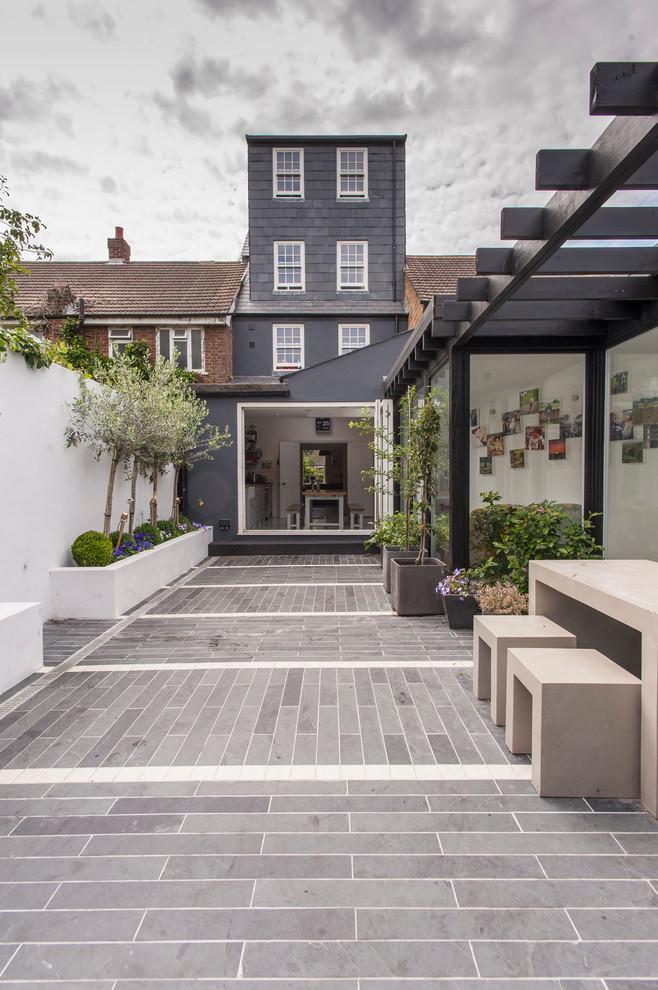 Minimalist patio photo in London