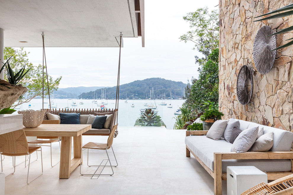 シドニーのビーチスタイルのおしゃれなテラス・中庭 (コンテナガーデン、コンクリート板舗装、張り出し屋根) の写真