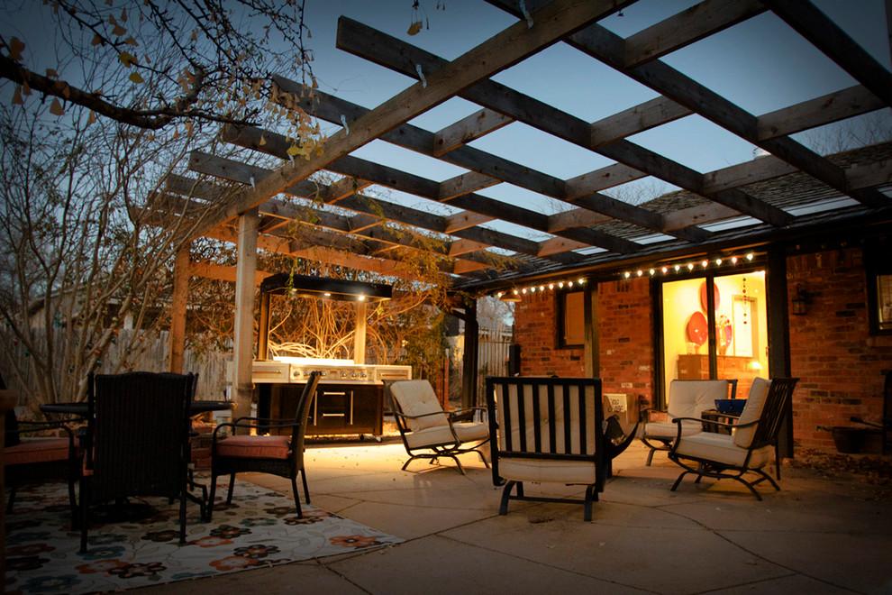 Imagen de patio contemporáneo, en patio trasero, con pérgola