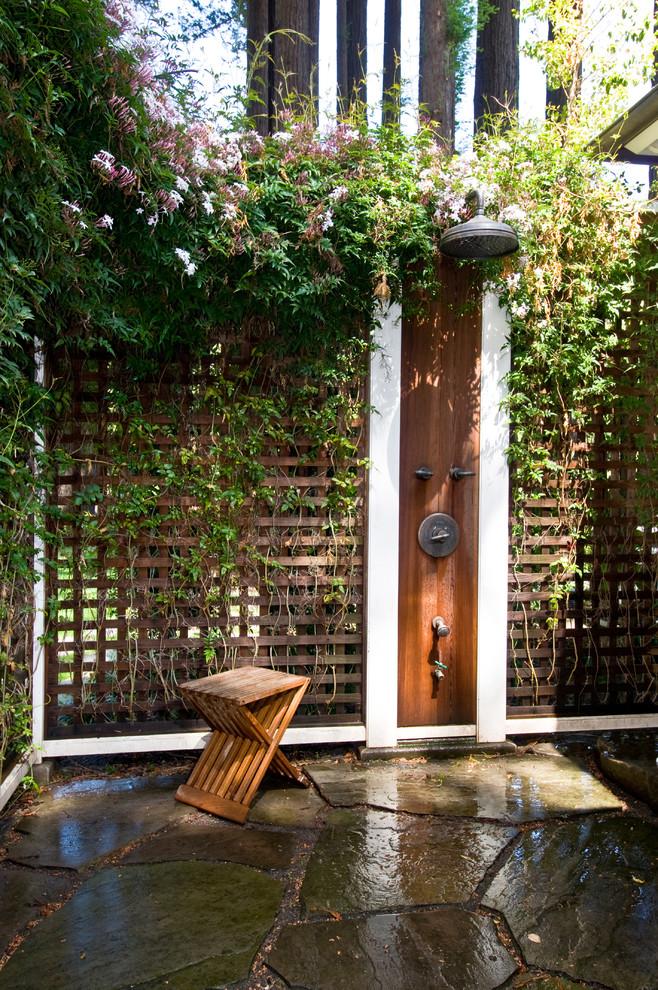 Diseño de patio clásico, de tamaño medio, sin cubierta, en patio trasero, con adoquines de piedra natural y ducha exterior