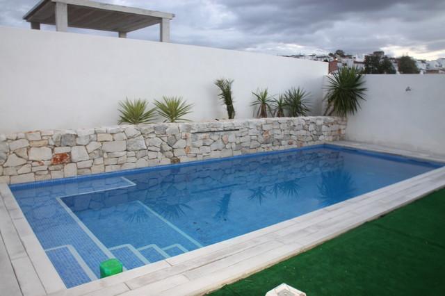 Chalet marisa moderno piscina otras zonas de for Que cuesta hacer una piscina