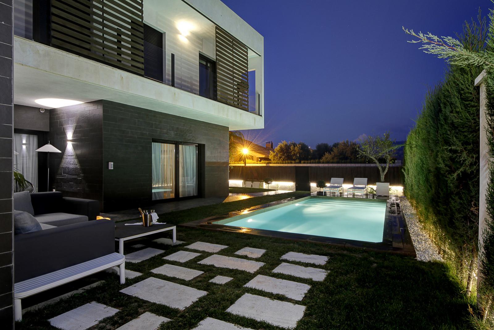 Ejecución de piscina y zonas de ocio en chalet en Otura. Granada.