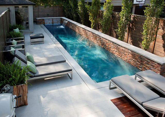 Immagine di una grande piscina monocorsia design