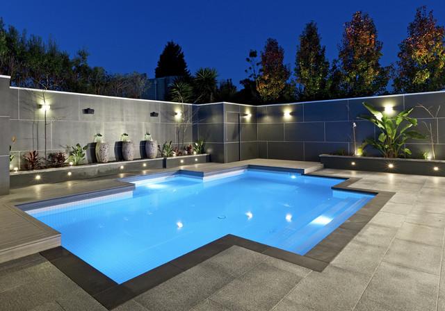 Ispirazione per una piscina monocorsia design personalizzata di medie dimensioni