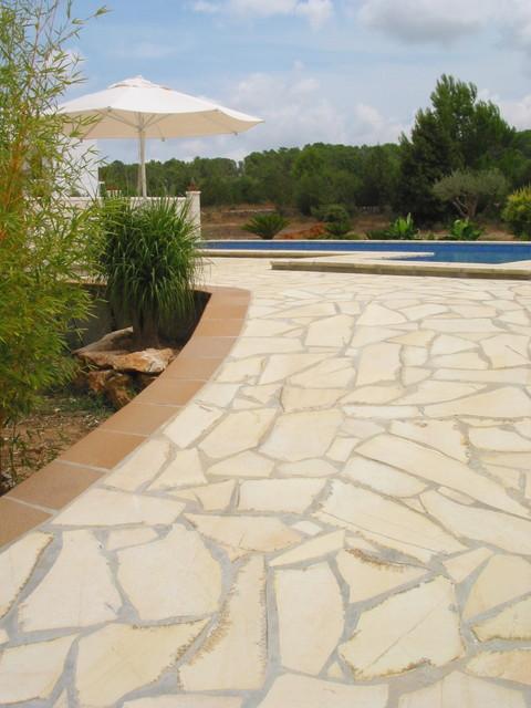 Piedra natural solnhofen irregular casa de campo for Suelos para alrededor de piscinas