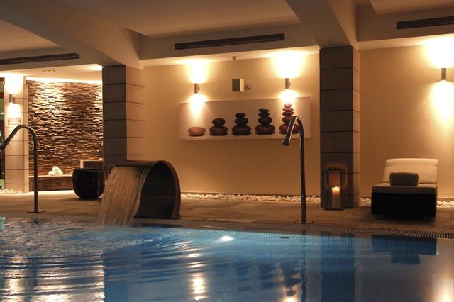 Ejemplo de piscina con fuente alargada, exótica, de tamaño medio, rectangular