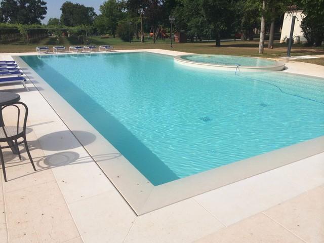 Bordo piscina e pavimentazione in pietra della lessinia - Pavimentazione per bordo piscina ...