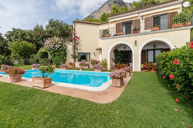 Esempio di una piscina mediterranea di medie dimensioni e dietro casa con pavimentazioni in mattoni