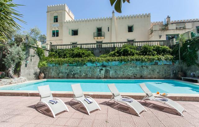 Immagine di una piscina monocorsia mediterranea rettangolare con pavimentazioni in cemento