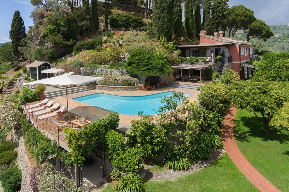 """Esempio di una piscina mediterranea a """"L"""" dietro casa"""