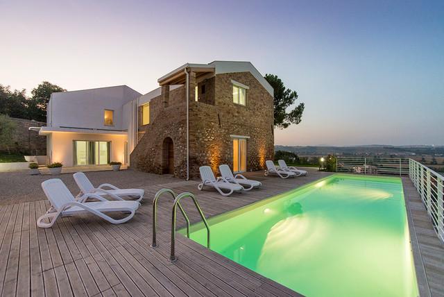 Ispirazione per una grande piscina minimal rettangolare nel cortile laterale con pedane