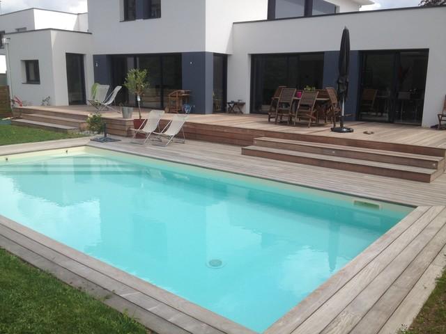 Amégager une pente devant une maison avec un terrasse en bois ipé contemporain piscine
