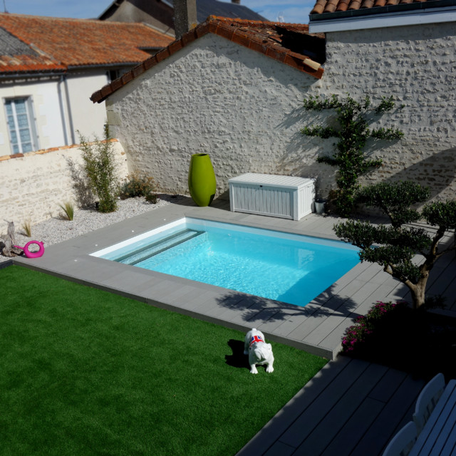 Am nagement d 39 un jardin avec terrasse bois et gazon synth tique moderne piscine angers for Amenagement terrasse piscine
