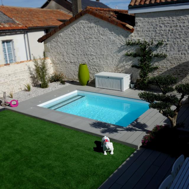 Aménagement d\'un jardin avec terrasse bois et gazon synthètique ...