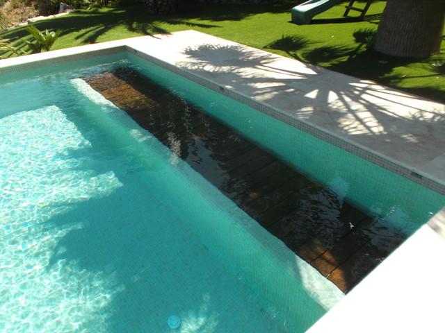 Couverture de piscine immerg e sur d bordement caisson for Rideau de piscine immerge