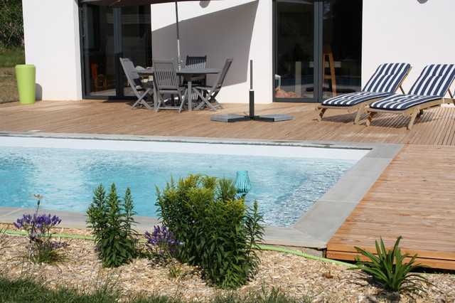 Entourage de piscine en bois freedeck contemporary pool nantes by freedeck for Entourage piscine design