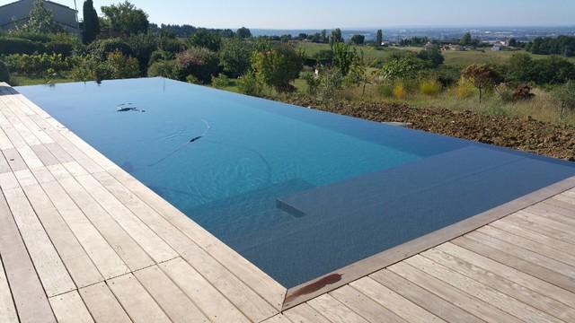Extension d 39 une maison et construction d 39 une piscine d bordement contemporain piscine for Piscine a debordement construction