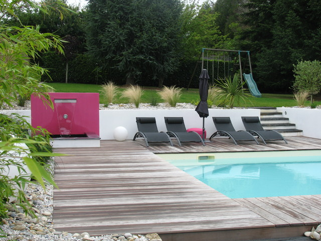 Intégration de piscine dans un jardin en pente ...