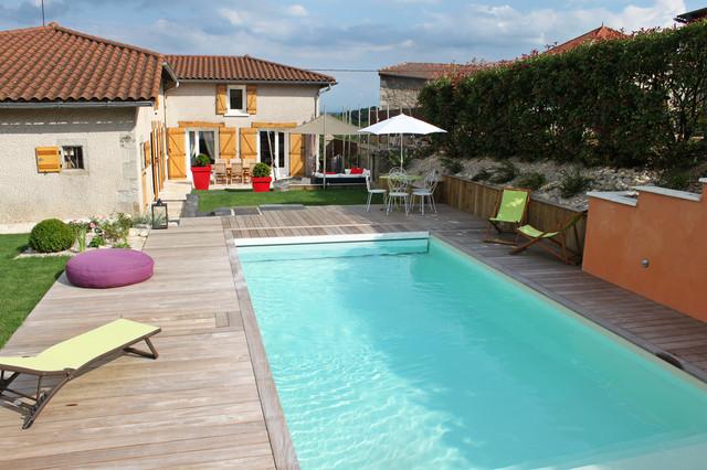 Piscine avec plage bois contemporain piscine saint tienne par moncorg cr ateur de jardins - Piscine carrelage blanc saint etienne ...