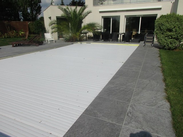 Terrasse en carrelage autour d 39 une piscine contemporain for Joint carrelage piscine