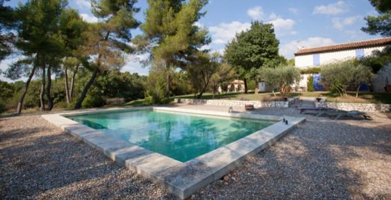Un bassin proven al dans l 39 arri re pays var - Contour de piscine en pierre ...