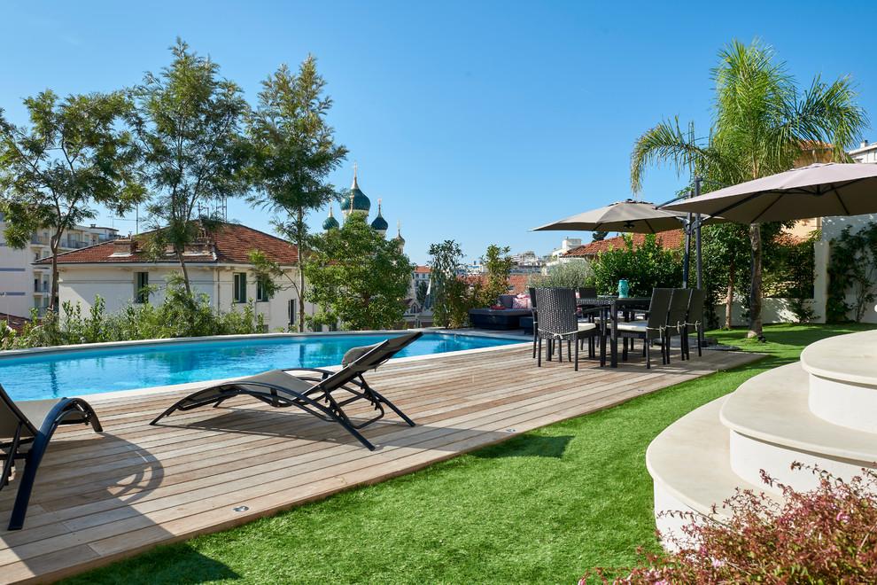 Cette image montre une piscine arrière méditerranéenne rectangle.