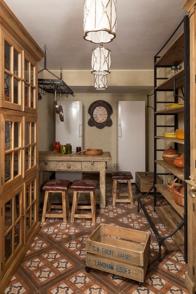 Стильный дизайн: подземный, маленький подвал в стиле рустика с бежевыми стенами, полом из керамической плитки и разноцветным полом - последний тренд