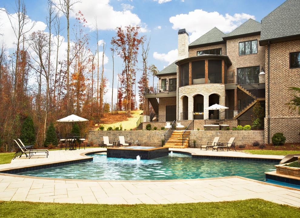 Ispirazione per una piscina chic dietro casa
