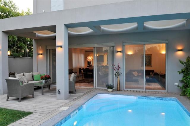 a 4 story house pool