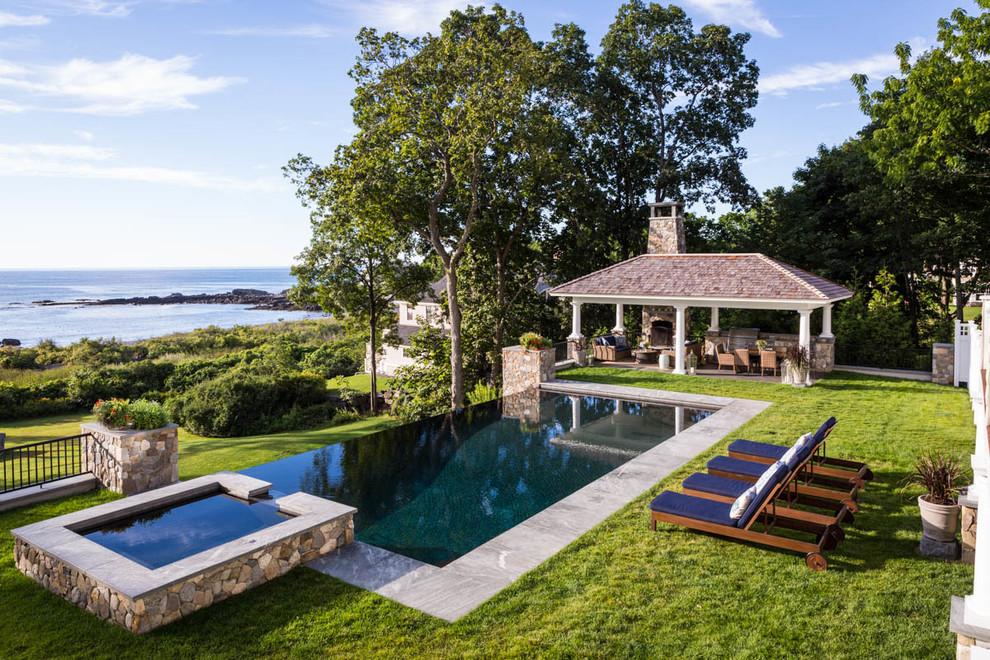 Modelo de piscina infinita, tradicional, rectangular, en patio trasero