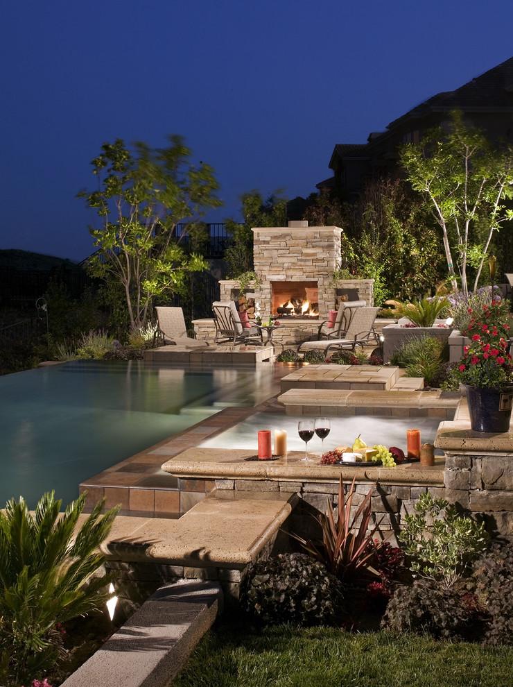 Inspiration pour une piscine à débordement traditionnelle.
