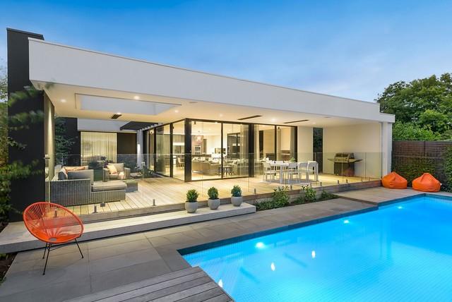 Modelo de piscina actual, grande, en patio trasero