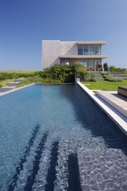 Ejemplo de piscina alargada, minimalista, rectangular, en patio trasero