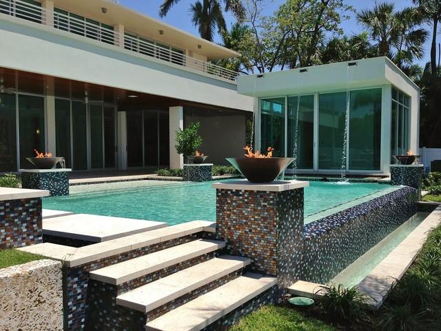 Pool - contemporary infinity pool idea in Miami