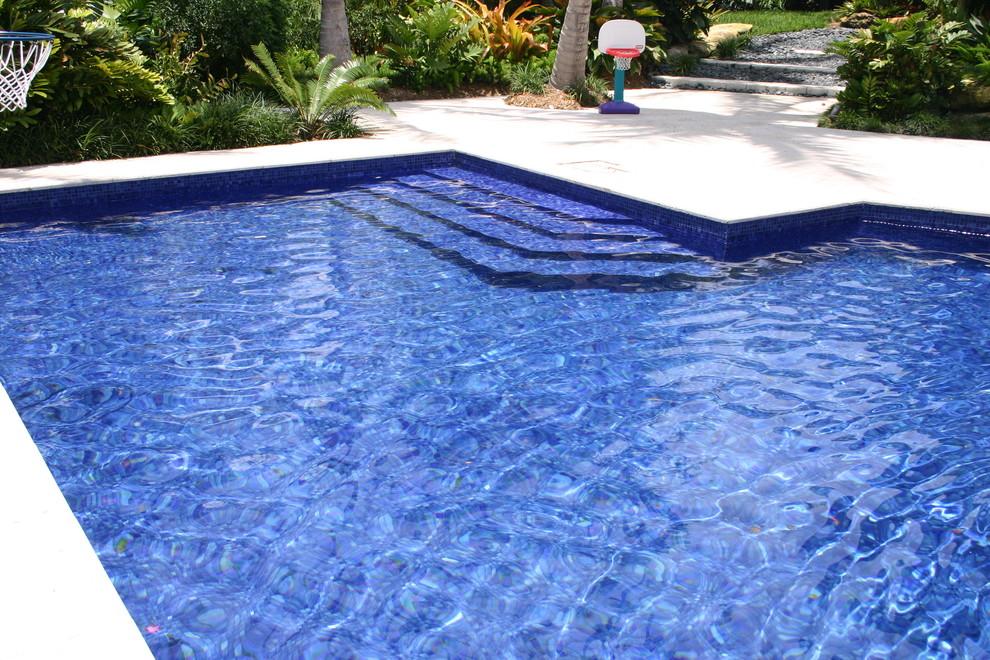 Pool - contemporary pool idea in Miami