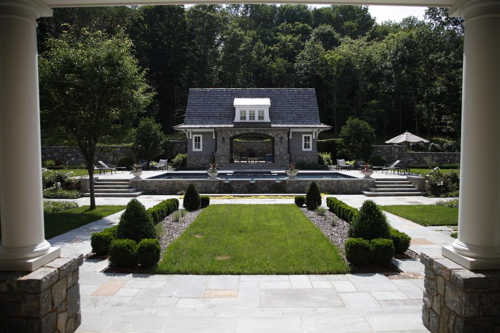 Diseño de piscina clásica en patio trasero