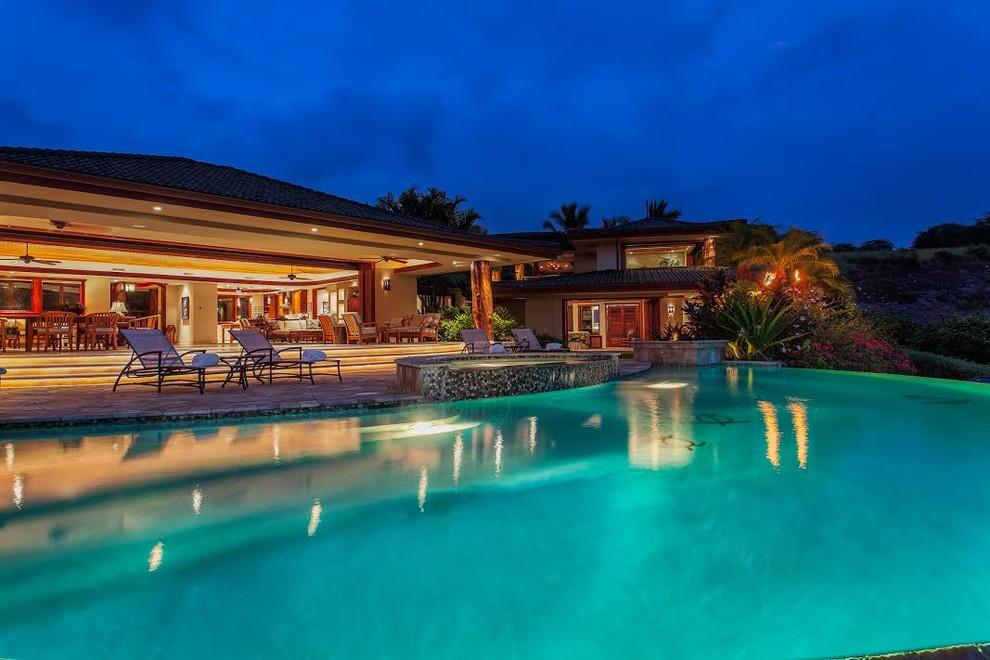 Diseño de piscinas y jacuzzis infinitos, exóticos, grandes, a medida, en patio trasero, con adoquines de piedra natural