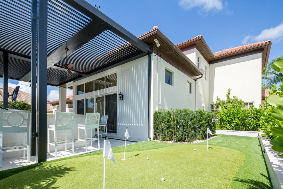 Imagen de piscinas y jacuzzis naturales, contemporáneos, grandes, rectangulares, en patio trasero, con adoquines de hormigón