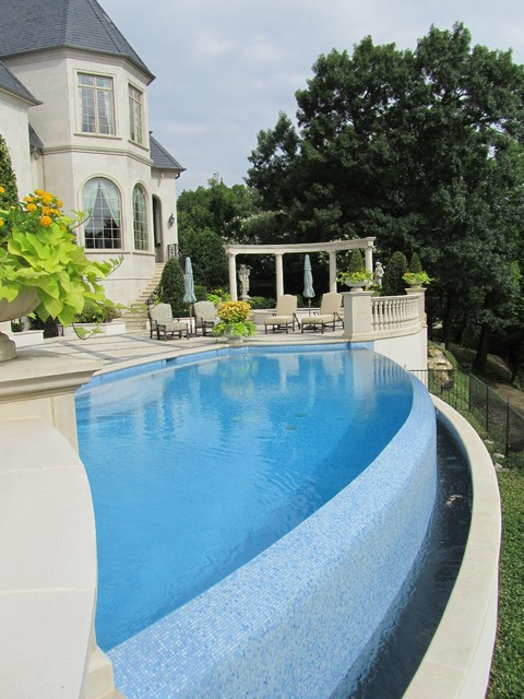 Example of a classic infinity pool design in Dallas
