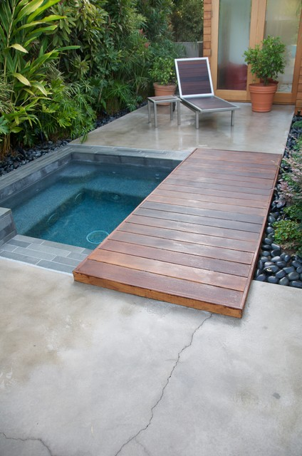 Ipe bridge connects pool area to private retreat. - Modern ...
