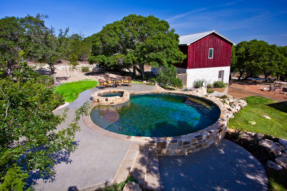 Example of a cottage round pool design in Austin