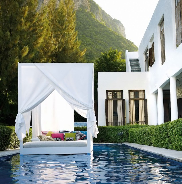 Ispirazione per una piscina monocorsia mediterranea rettangolare di medie dimensioni e dietro casa con una dépendance a bordo piscina e lastre di cemento