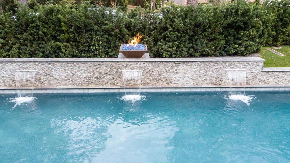 Foto de casa de la piscina y piscina mediterránea, grande, rectangular, en patio trasero, con adoquines de hormigón