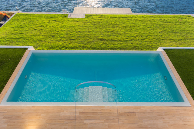 Modern Beach Bungalow tropical-pool