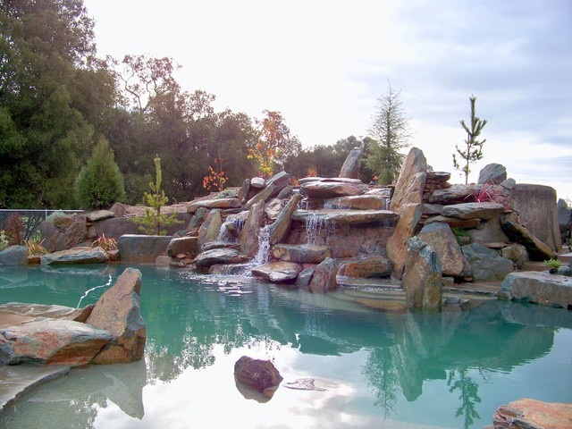 natural rock boulder pool rustikal pools sacramento von spring creek watergardens and. Black Bedroom Furniture Sets. Home Design Ideas