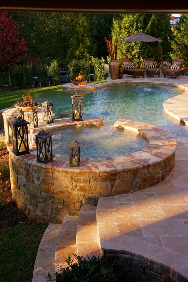 Inspiration pour une piscine arrière design sur mesure avec un bain bouillonnant et des pavés en pierre naturelle.